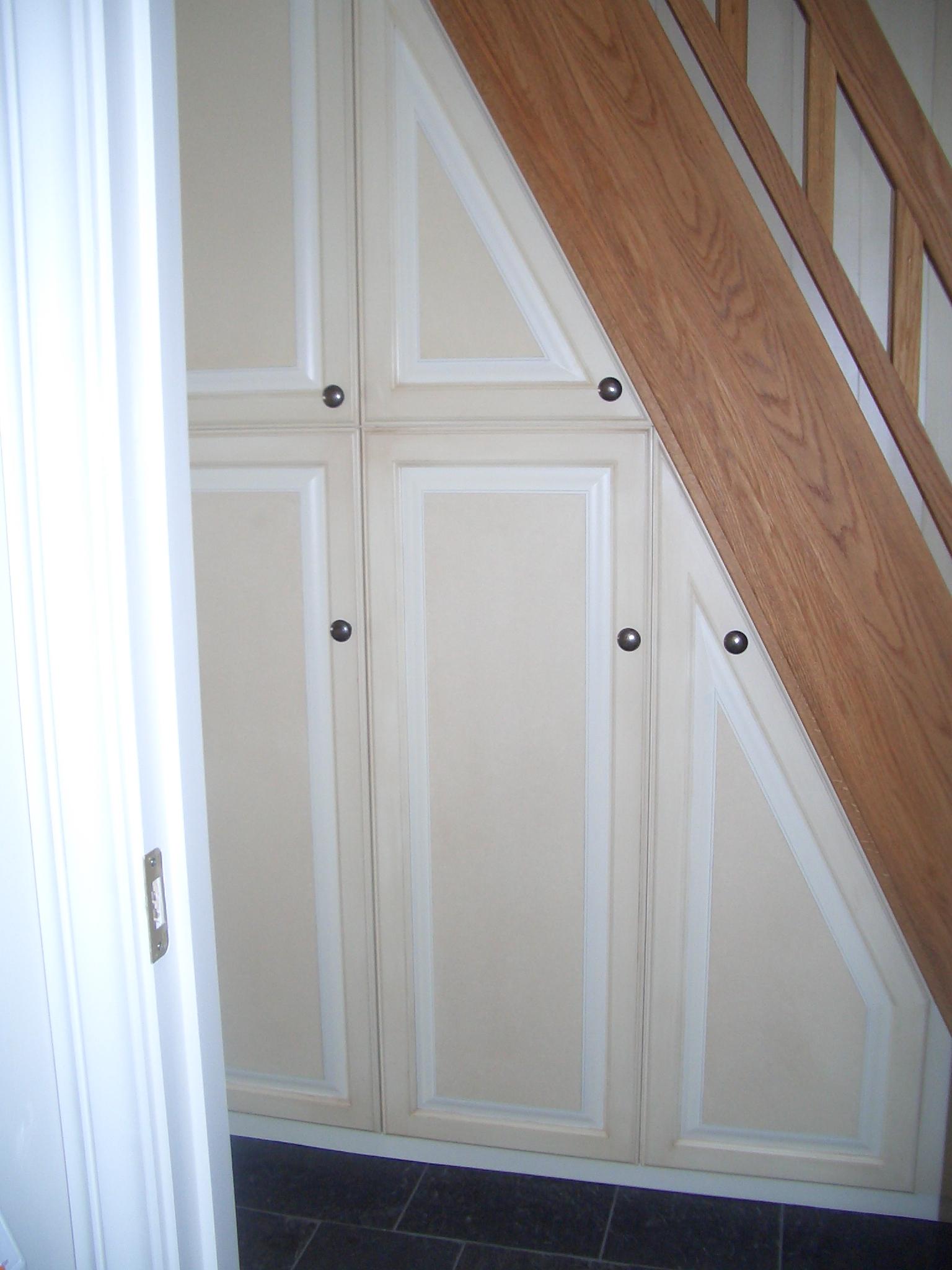 Garderobeskap tilpasset under trapp