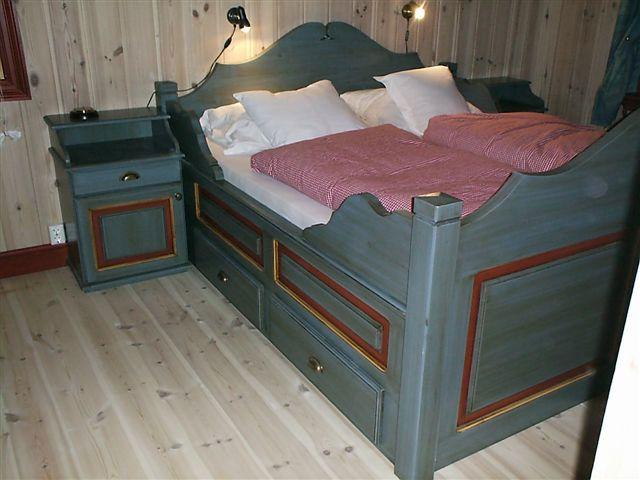 ... alle fire for ? st?vsuge under sengen skuffene monteres p? skinner